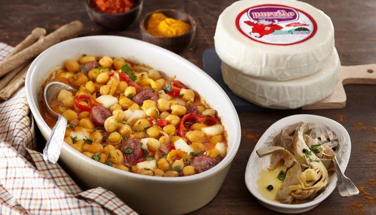 Ρεβίθια φούρνουμε Μαλακό Τυρί Μαστέλο® και λουκάνικα