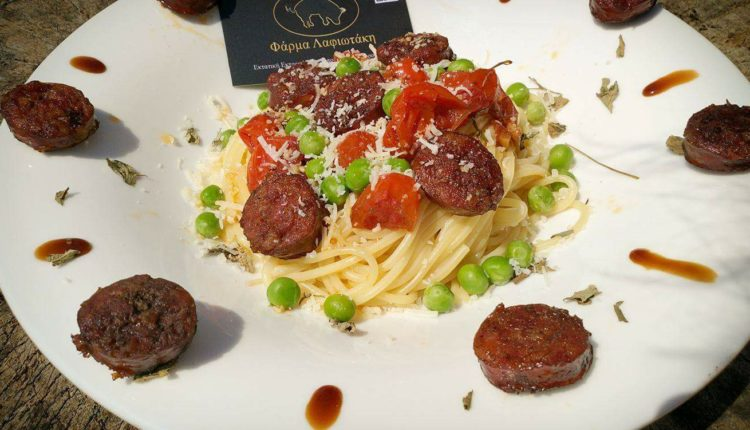 Σπαγγέτι με σάλτσα βασιλικού, ντοματίνια, αρακά και χωριάτικα λουκάνικα