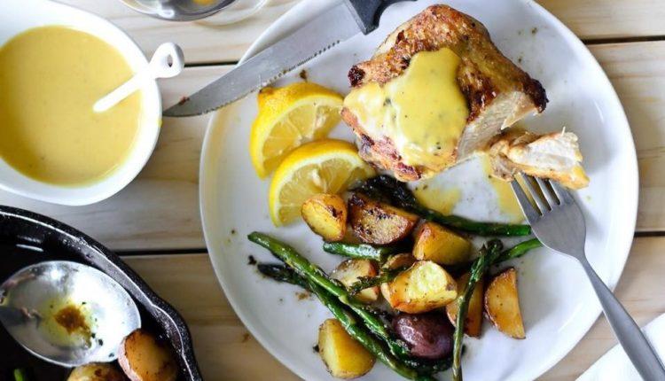 Συνταγή: Ψητό κοτόπουλο, πατάτες & σπαράγγια με μουστάρδα τρούφας