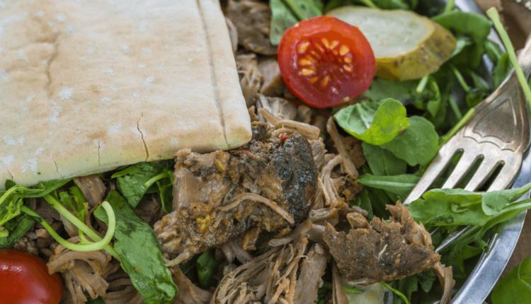 Σαλάτα με ρόκα και αρνί σε φωλιά αραβικής πίτας